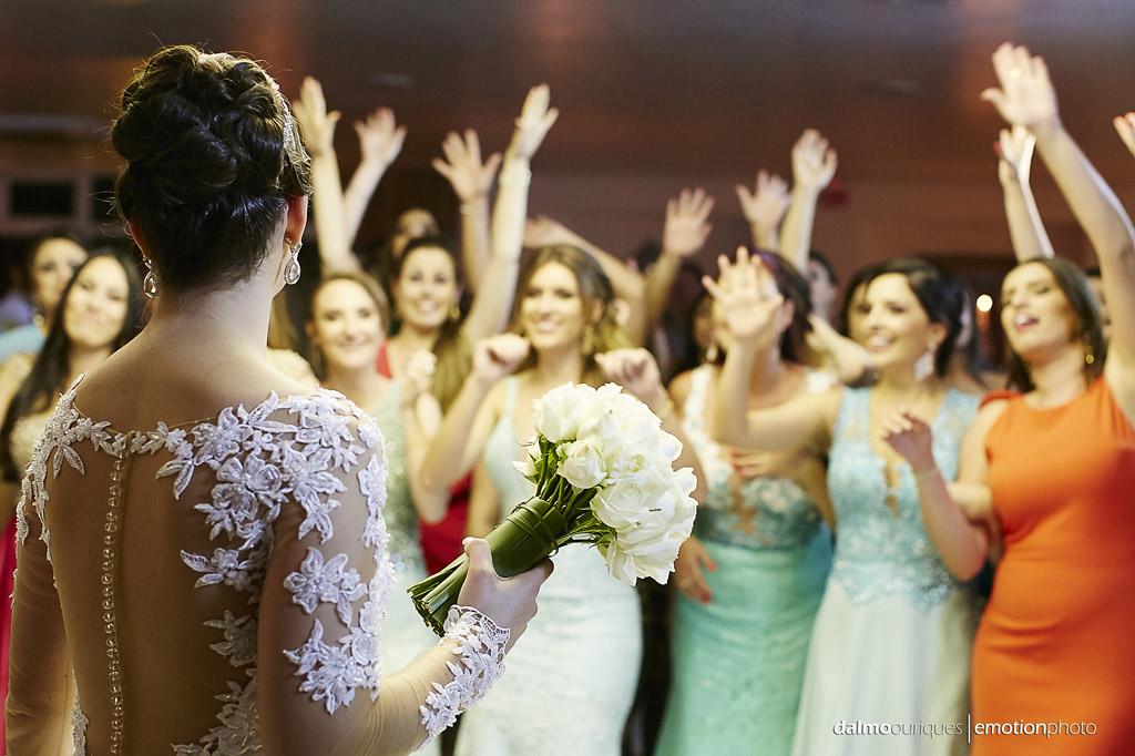 festa do casamento; fotos descontraídas do casamento; dança do casal; noivos dançando; terraço cacupé; bouquet da noiva; fotógrafo de casamento