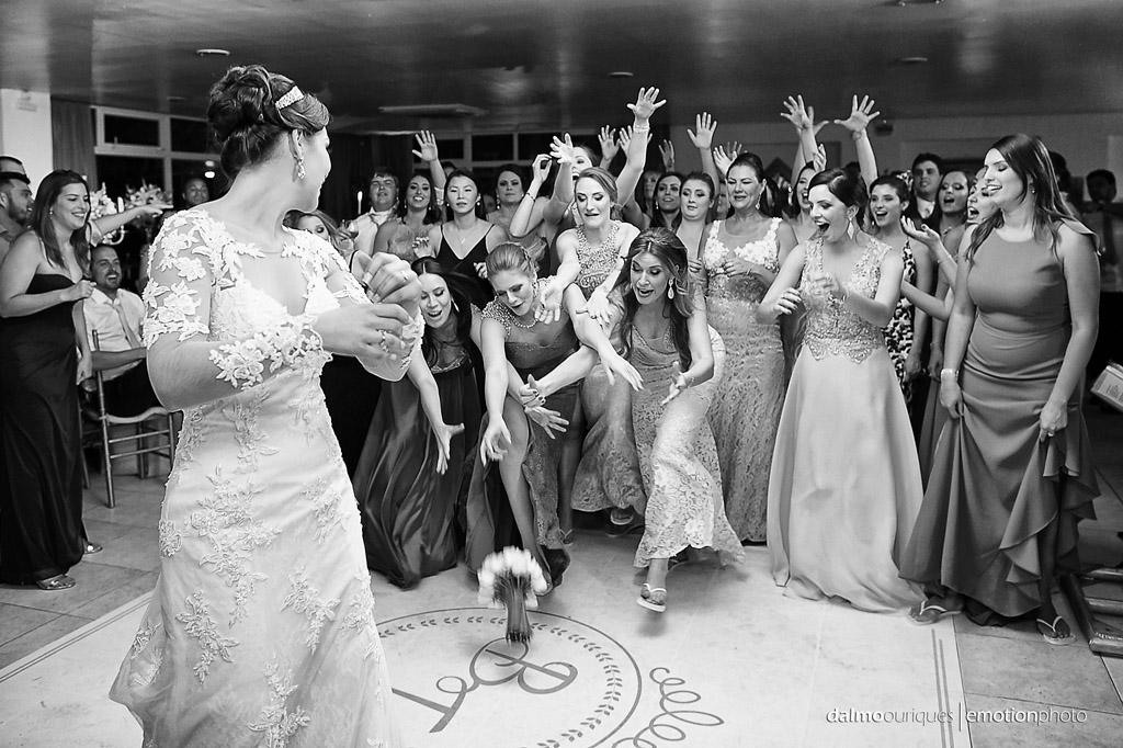 festa do casamento; fotos descontraídas do casamento; dança do casal; noivos dançando; terraço cacupé; bouquet da noiva;  fotógrafo de casamento Florianópolis