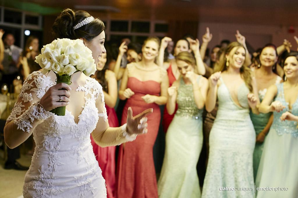 festa do casamento; fotos descontraídas do casamento; dança do casal; noivos dançando; terraço cacupé; bouquet da noiva; fotografia de casamento em Florianópolis