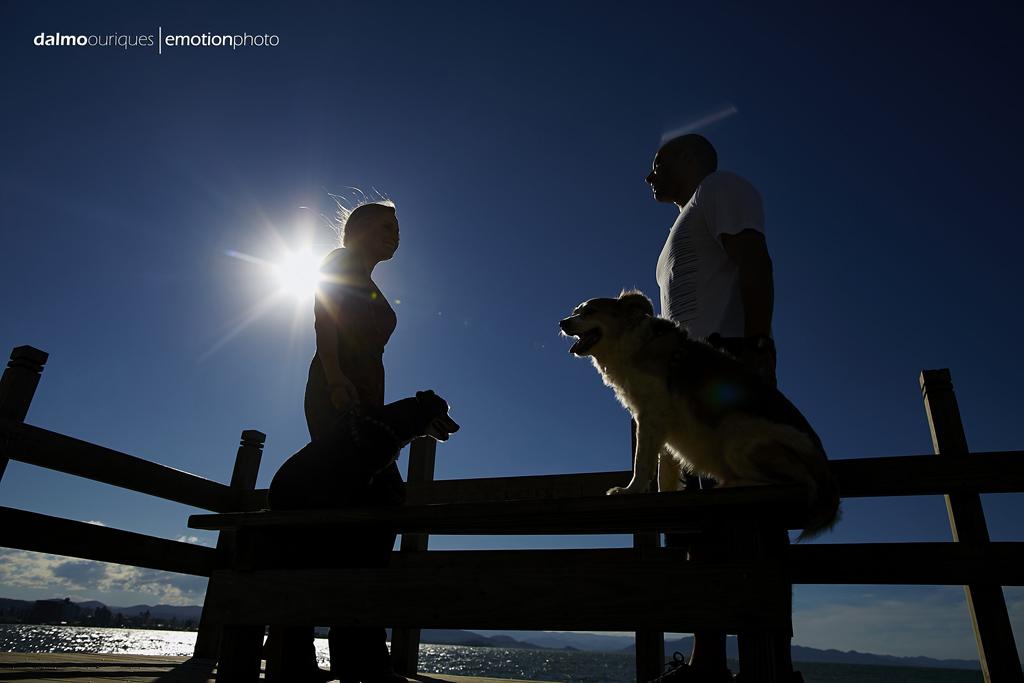 pre wedding em florianopolis; ensaio de casal em florianopolis; ensaio na beira mar norte; fotografia de casal; pre wedding; ensaio de casal com cachorro