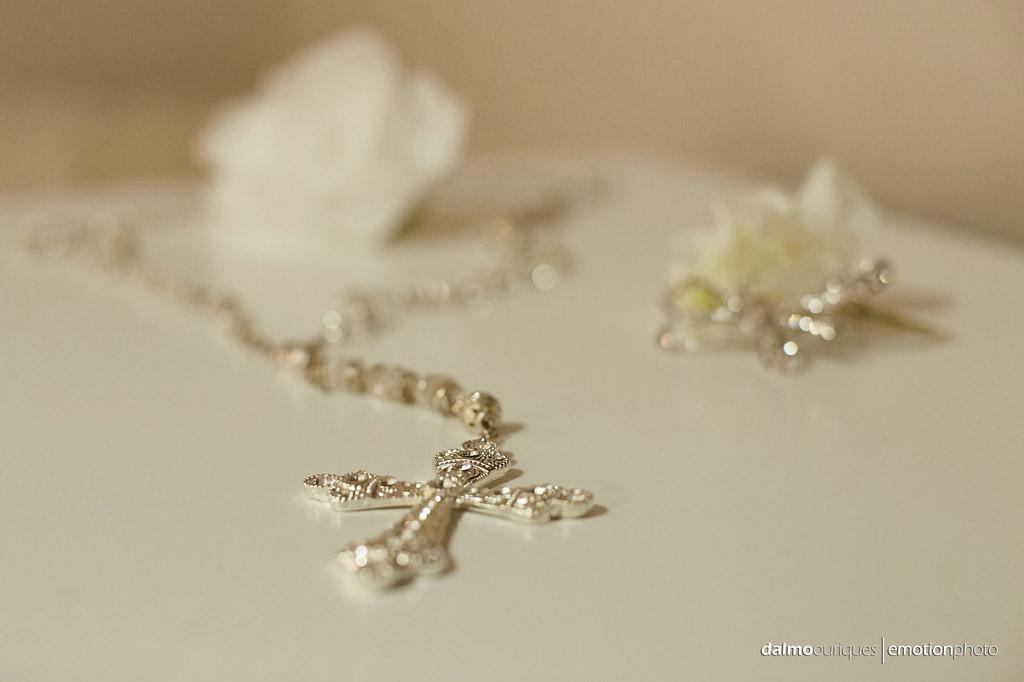 crucifixo da noiva em cima da mesa, fotografia de casamento nos estados unidos