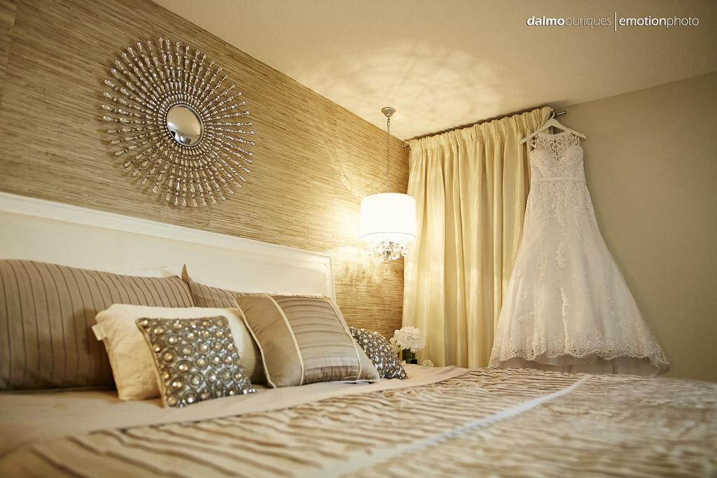 lindo vestido de casamento pendurado na parede durante o making of da noiva