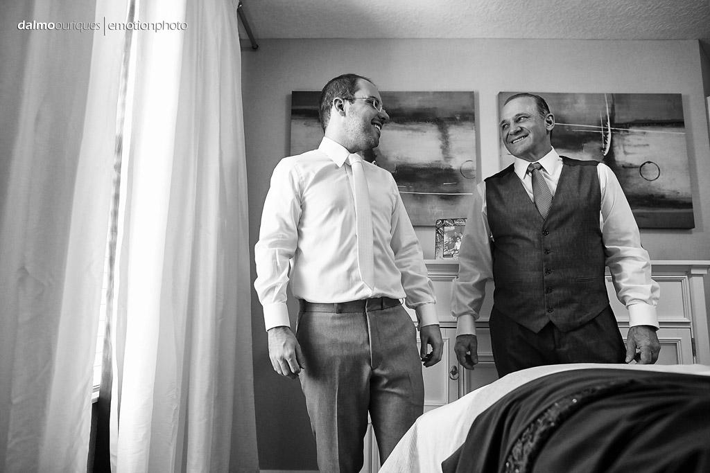 pai e noivo se olham durante o making of do noivo