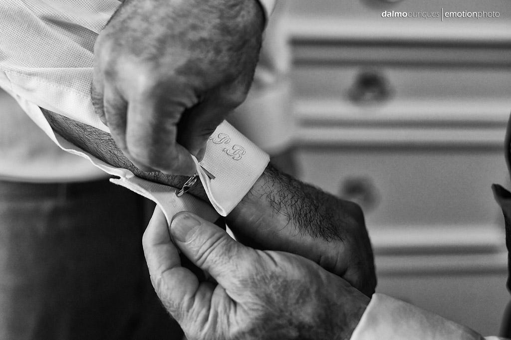 pai coloca a botoadura na camisa do noivo