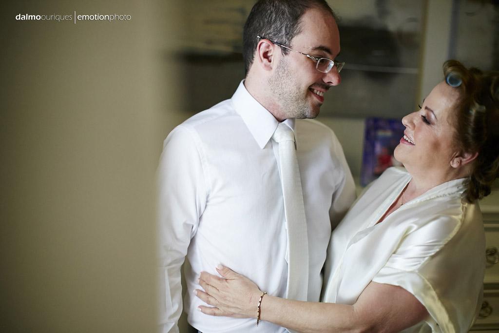 Mãe e filho se olham durante o making of do noivo