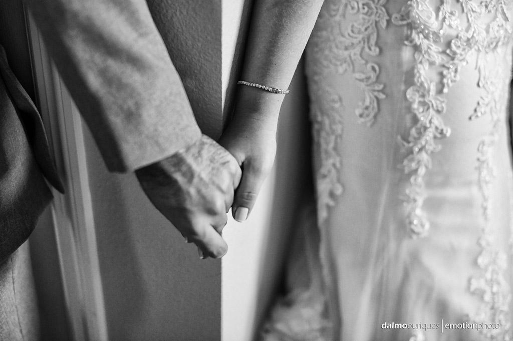 noivos se dão a mão antes do casamento nos estados unidos