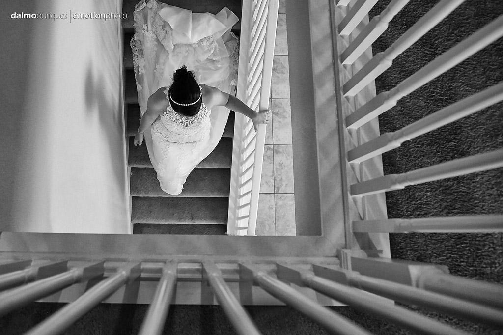 noiva pronta para o casamento, descendo as escadas da casa nos estados unidos