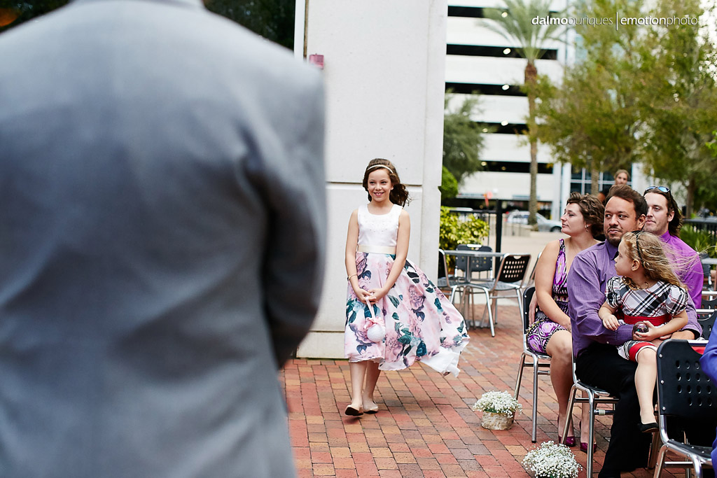 A daminha entra na cerimonia de casamento, com um lindo vestido