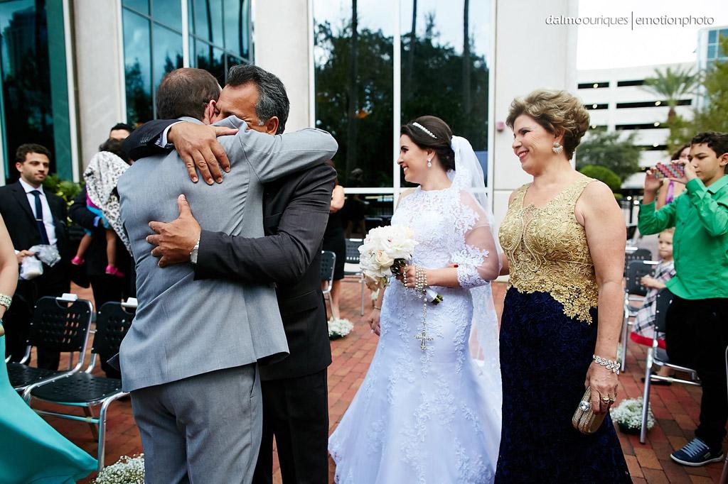 Casamento nos estados unidos já começa com muita emoção, com a entrada da noiva