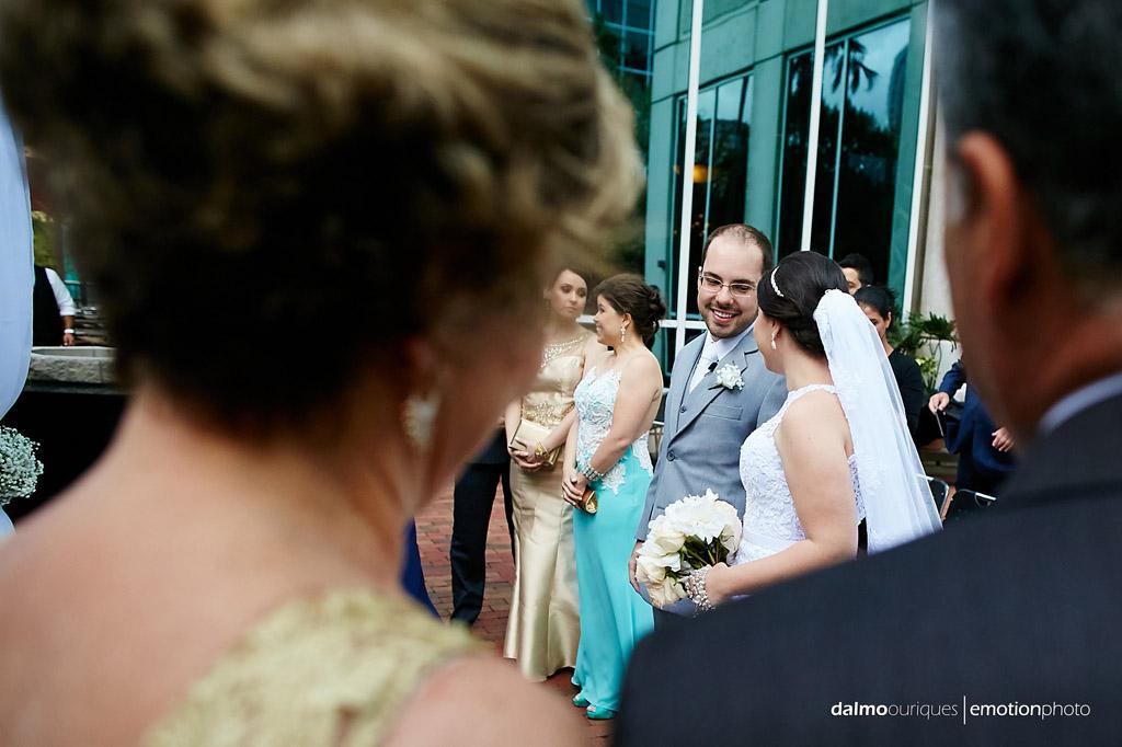 o encontro dos noivos felizes, no início da cerimonia de casamento em orlando