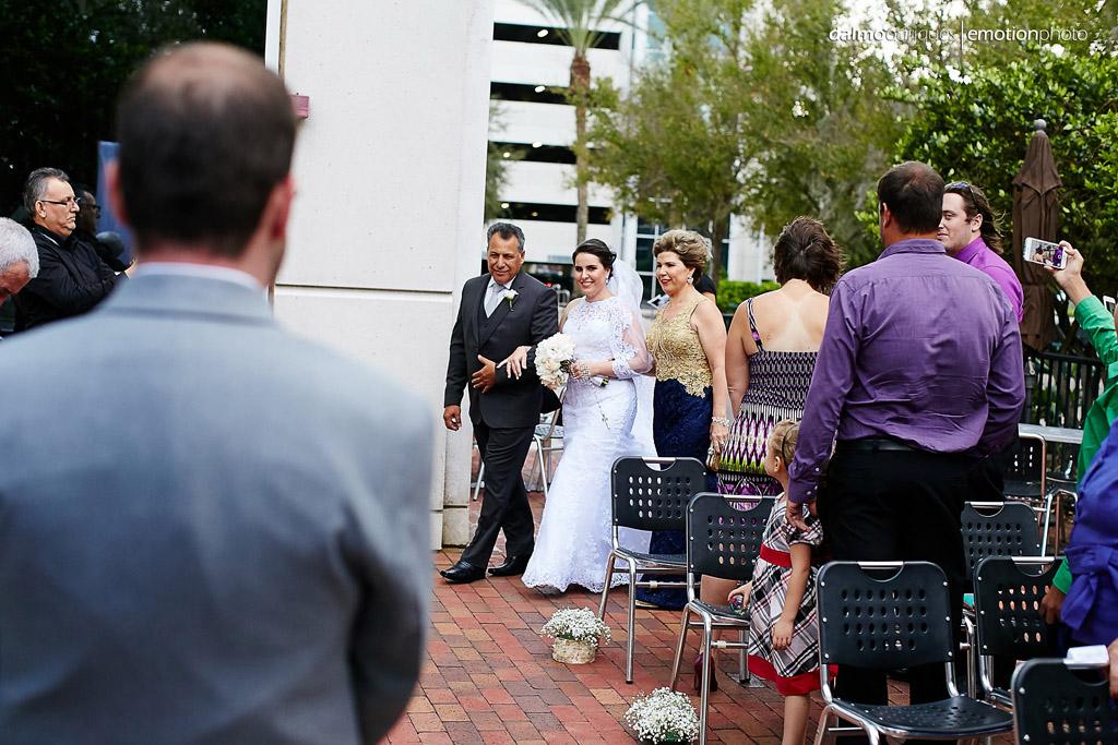 Noiva olha para o noivo na entrada da cerimonia de casamento
