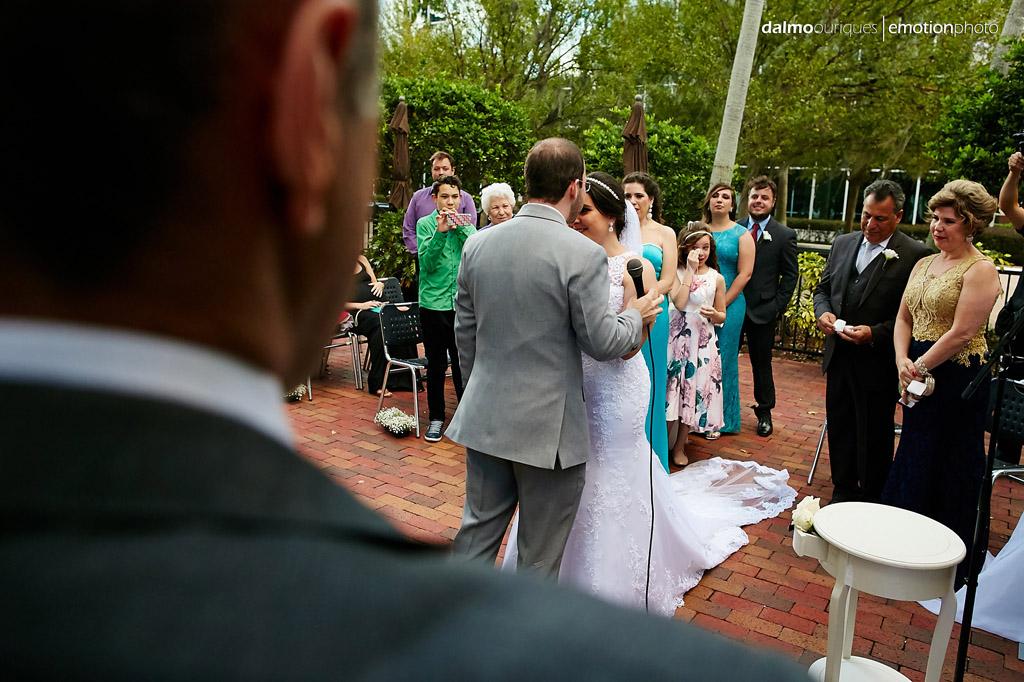 fotografo de casamento dalmo ouriques registra o momento em que o noiva beija a noiva