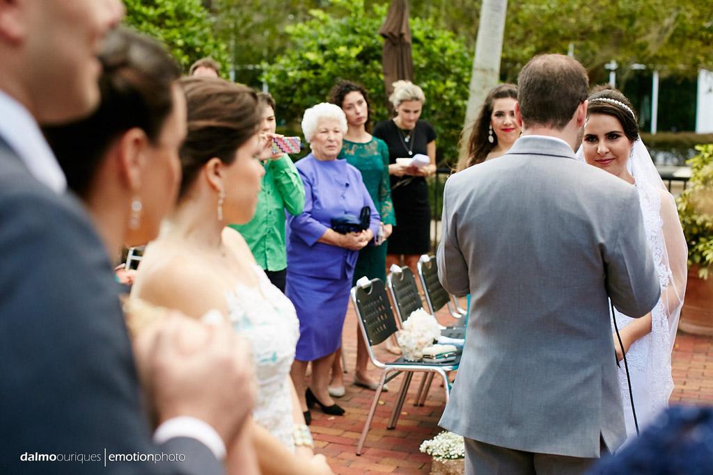 fotografia de casamento registra a emoção dos convidados do casamento no momento da cerimonia de casamento em orlando