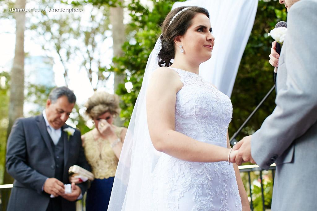 fotografo de casamento consegue capturar a emoção dos pais da noiva, neste lindo casamento ao ar livre
