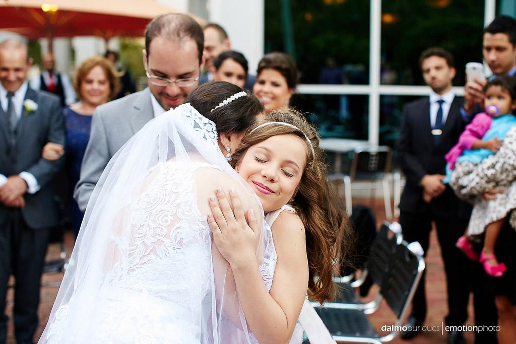 daminha entrega as alianças de casamento e abraça a noiva