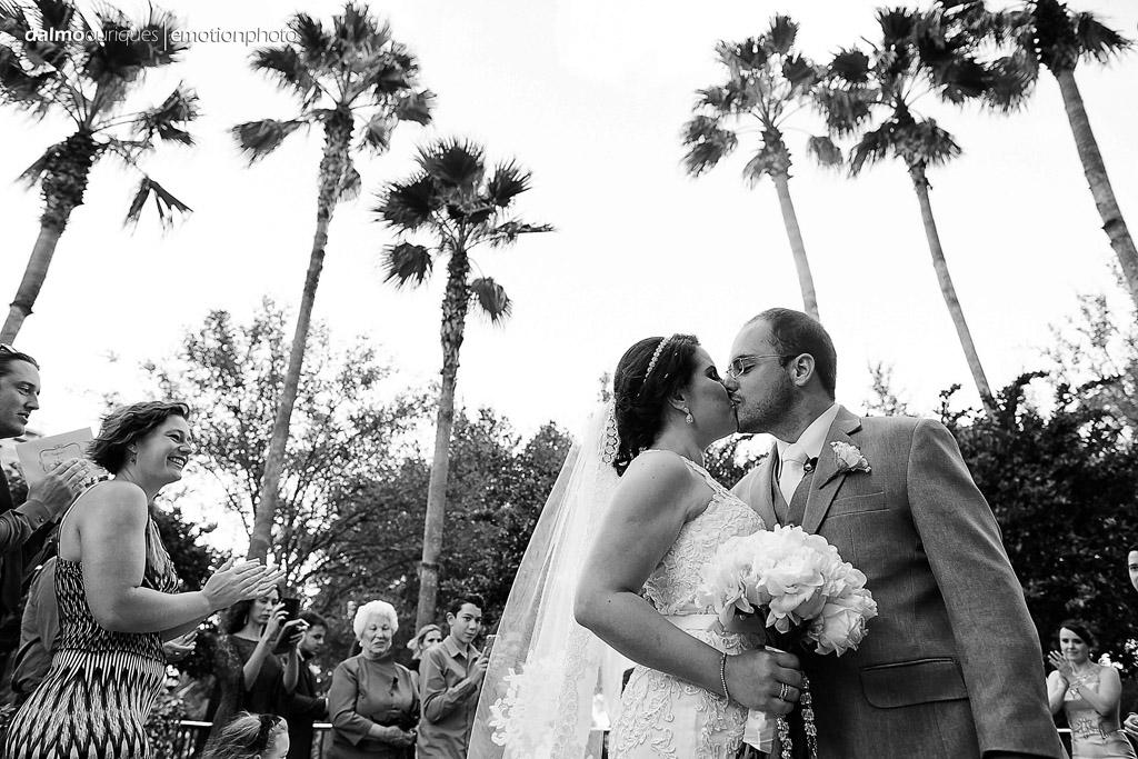 fotografo de casamento registra o primeiro beijo do casal, Enfim casados