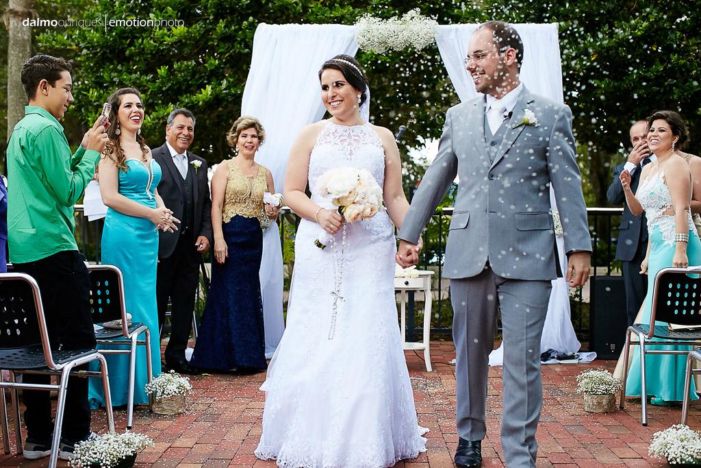 fotografo registra os convidados do casamento jogando arroz nos noivos