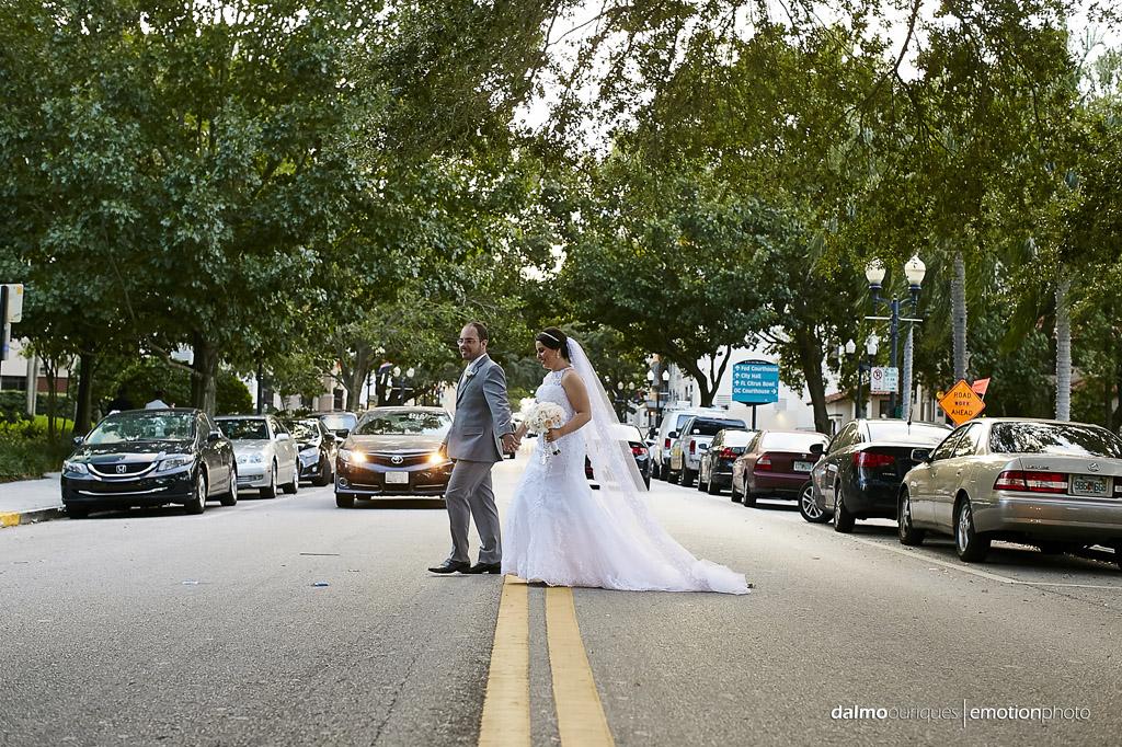 noivos atravessam a rua durante o ensaio de casamento nos EUA