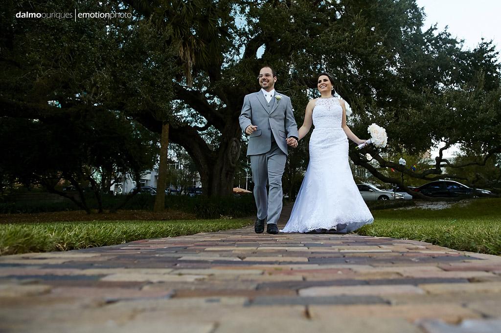 noivos recém casados desfilam alegremente ao ar livre