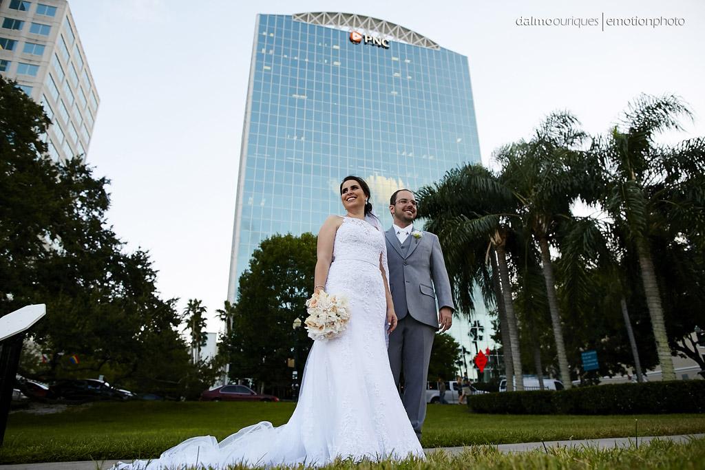 fotografia de casamento dá enfase para o vestido da noiva e o terno da noiva