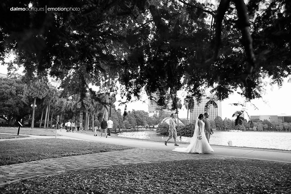 ensaio de casamento acontece ao ar livre, após a cerimonia de casamento