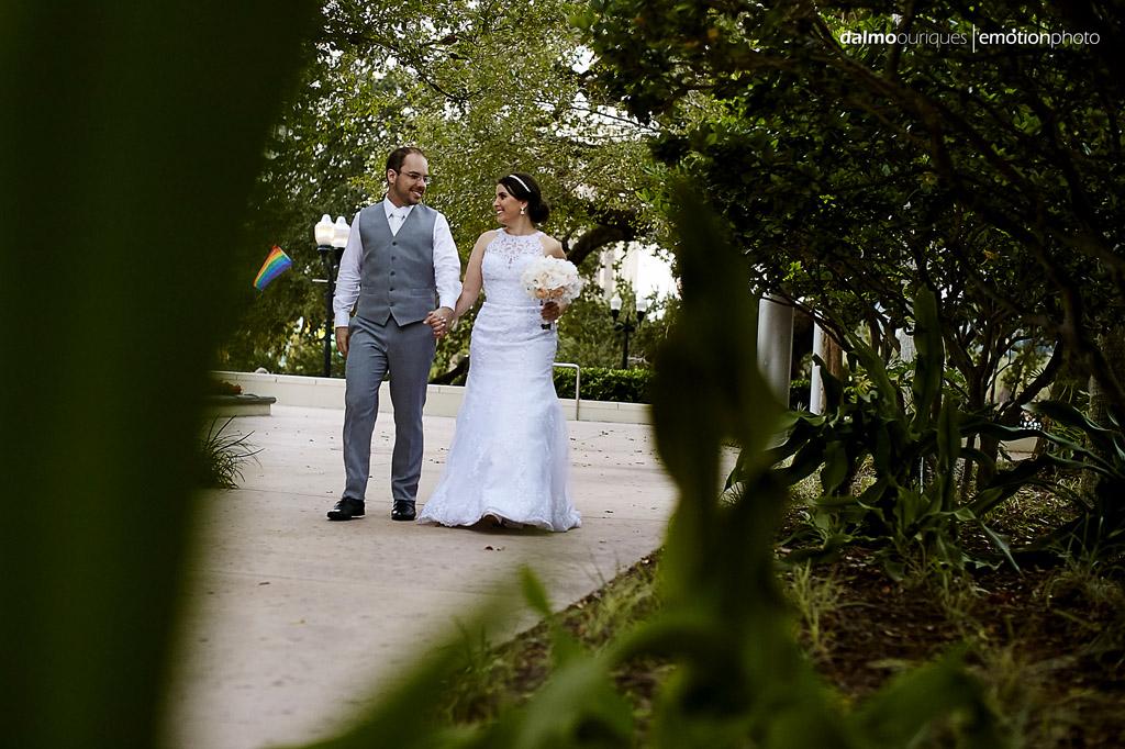 noivos se preparam para começar a festa de casamento nos EUA