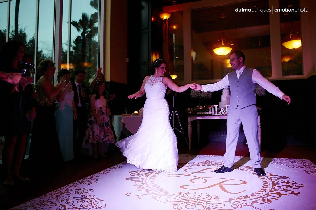 noivos fazem a coreografia da dança de casamento