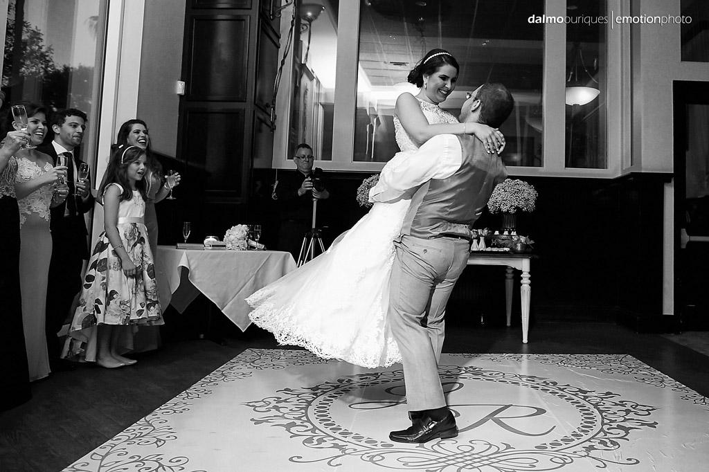 coreografia da dança de casamento termina com a noiva no colo do noivo
