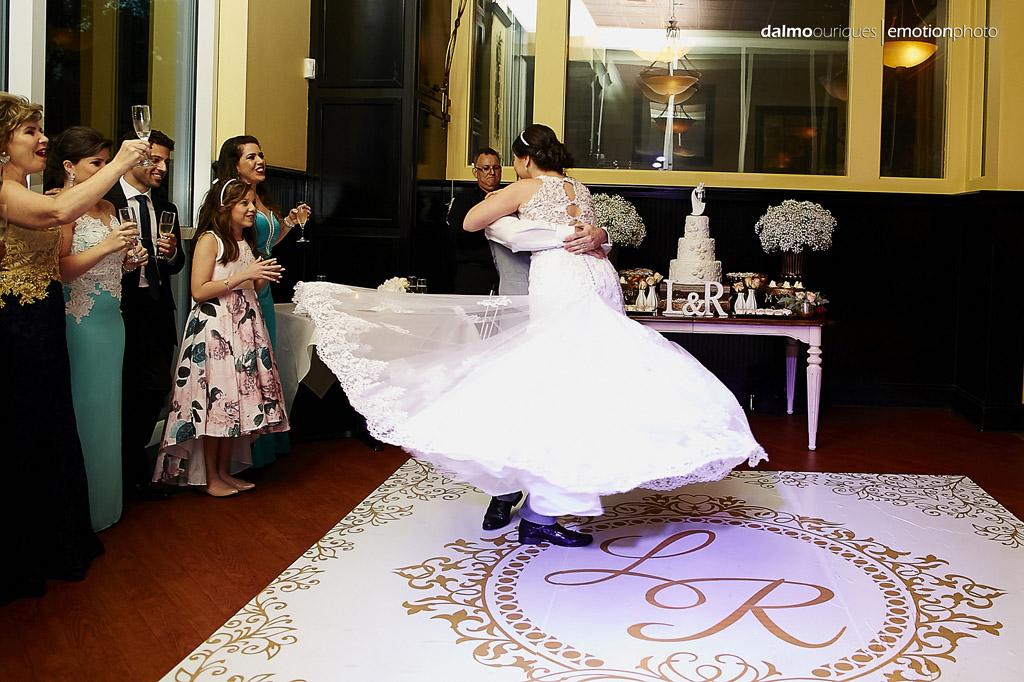 fotografia registra um lindo efeito do vestido da noiva