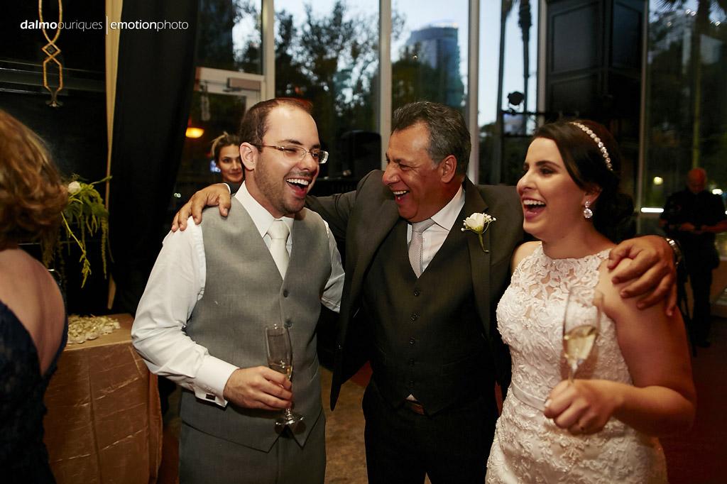 a festa de casamento começa com muita felicidade dos noivos