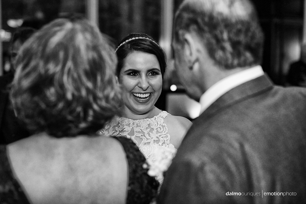 sorrisso da noiva em plena festa de casamento