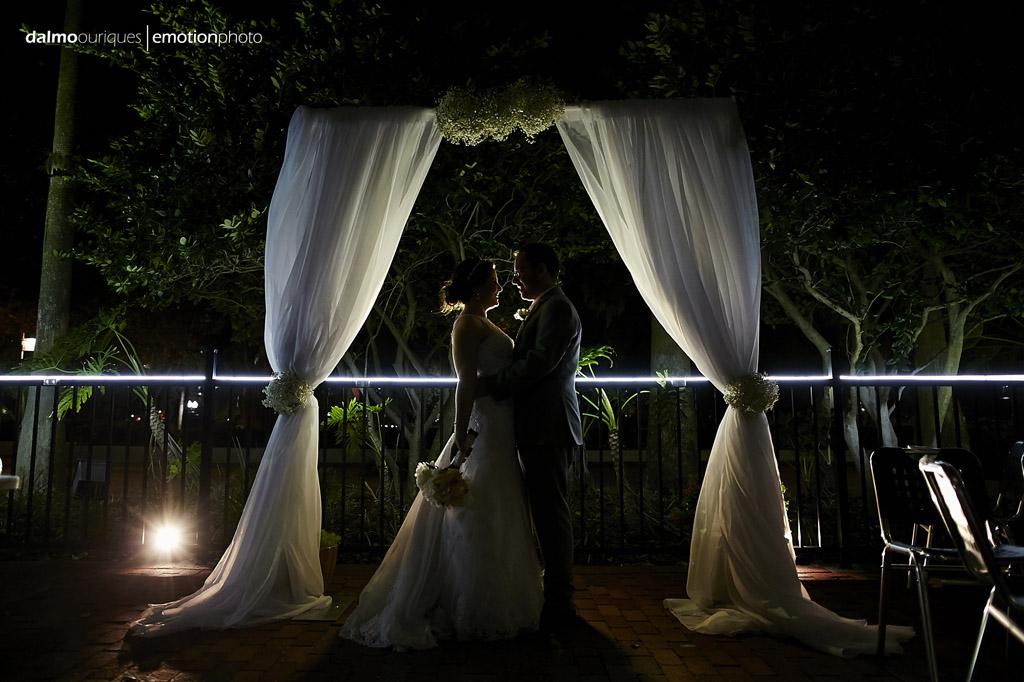 linda fotografia de casamento dos noivos no altar da cerimonia