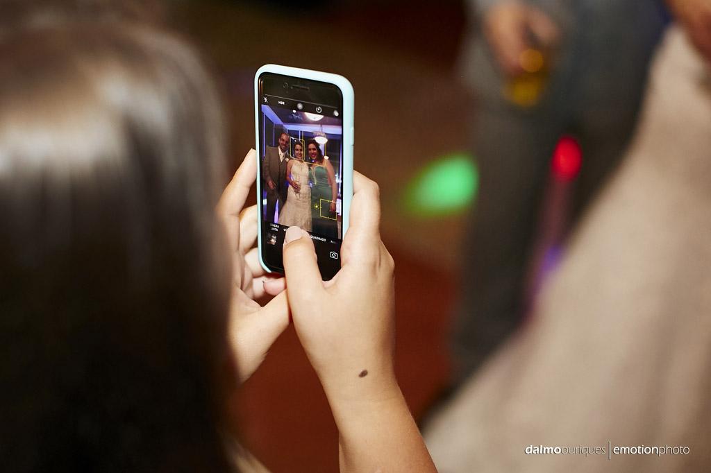 tirando fotos do casamento com celular