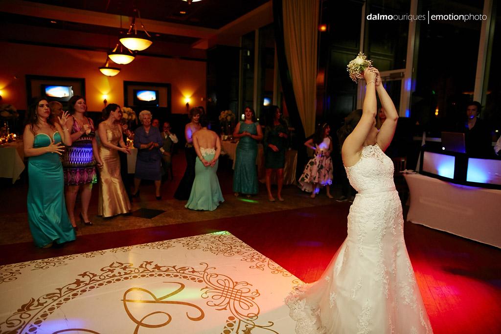 noiva joga o bouquet para as madrinhas do casamento