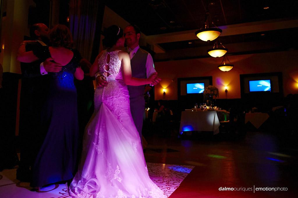 noivos dançam a aproveitando a luz especial para o casamento