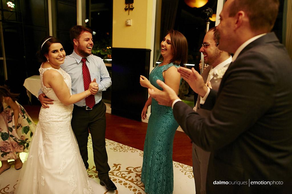 festa de casamento sempre tem um momento de descontração, vale a pena fotografar estes momentos