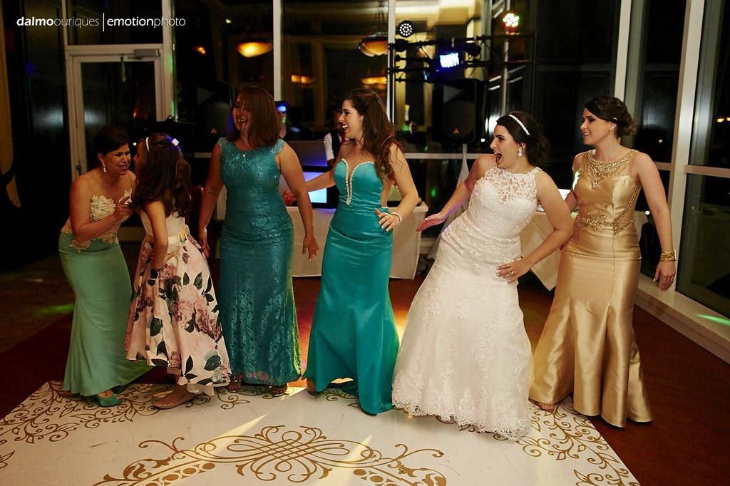 madrinhas do casamento dançam junto com a noiva na festa de casamento da lorena e Raphael
