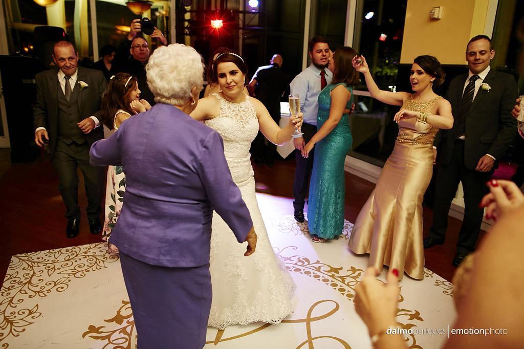 fotografo de casamento dalmo ouriques registra o momento que a noiva dança com avó