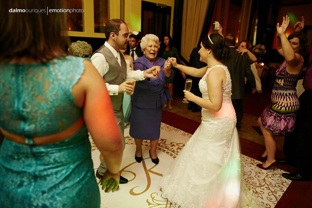 a fotografia de casamento tem mais valor quando registra os noivos dançando com parentes