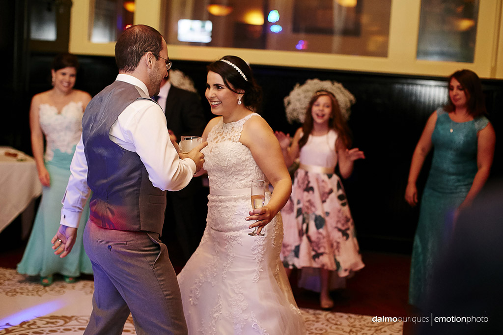 noiva aproveita o casamento até o final da festa
