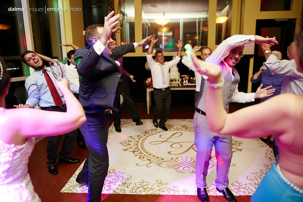 convidados fazem coreografia em cima do tapete de casamento personalizado