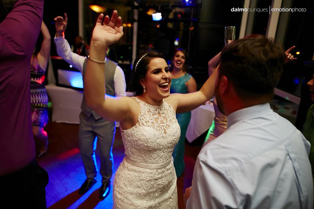 Vestido da noiva estava perfeito, mesmo dançando a noite toda