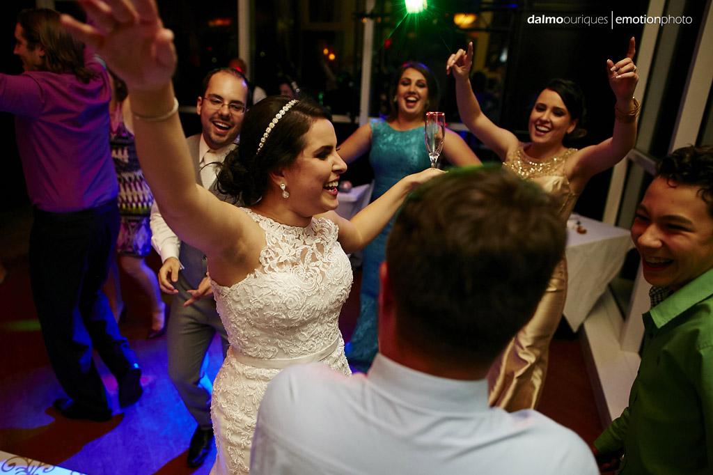 a fotografia de casamento mostra todos detalhes do vestido de casamento da noiva