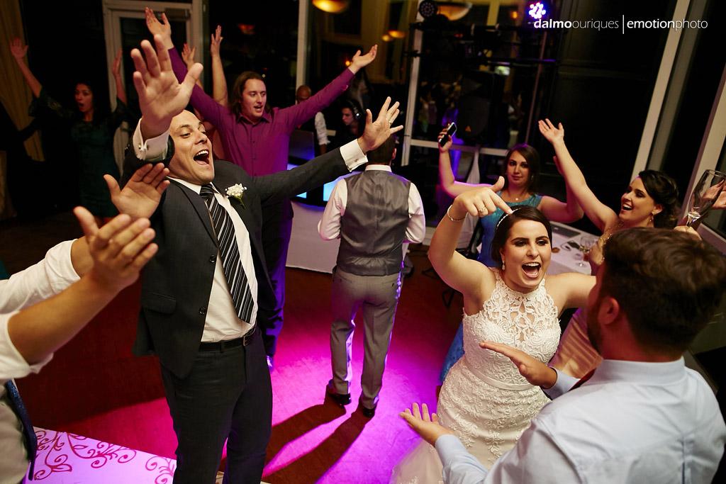 noivos aproveitam a festa de casamento