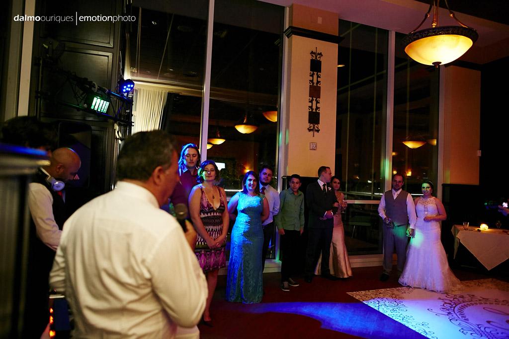 Pai da noiva emociona os convidados do casamento e os noivos Lorena e Raphael também