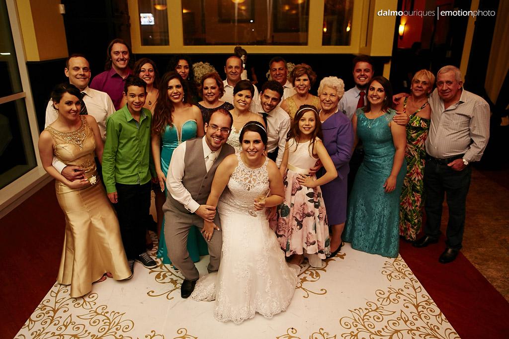 noivos e convidados que ficaram até o final do casamento em orlando