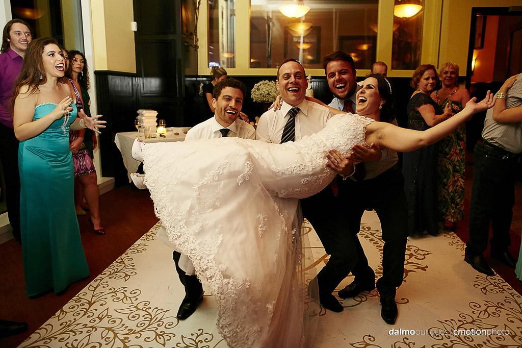 final de festa de casamento os padrinhos de casamento pegam a noiva no colo