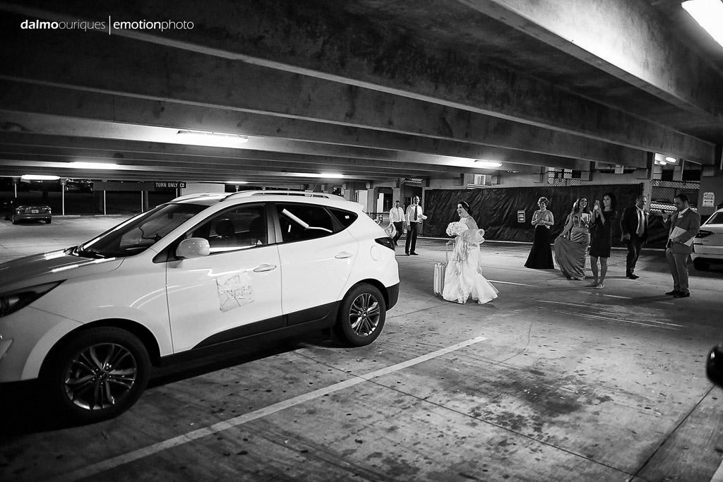 convidados do casamento fazem surpresa com o carro dos noivos, fotografo de casamento fica até o final do casamento
