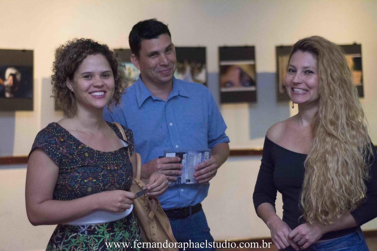 Noivos na exposição fotografic