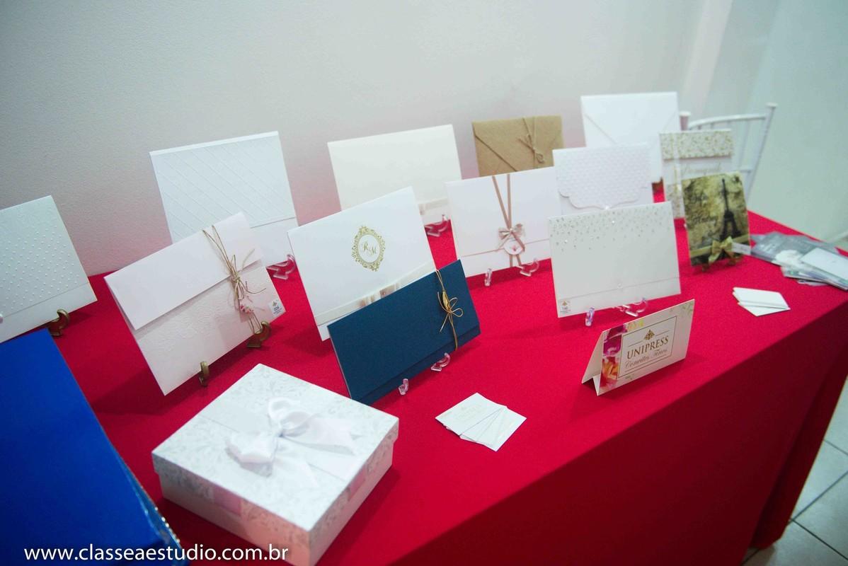 Palestra para noivas na Ferreira Costa com os convites de casamento Unipress